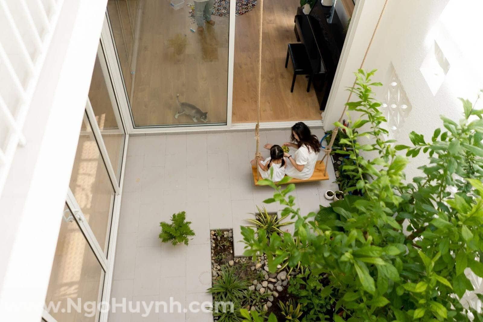 Khám phá ngôi nhà phố tông trắng tinh khôi có căn bếp ai nhìn cũng mê